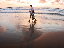 father_and_daughter_beach_walking-t2